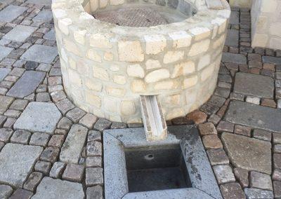 Réalisation terrasse avec puisard en pierre de taille de Saint Maximin, pavés et dalles anciens type versaille. Lamorlaye oise