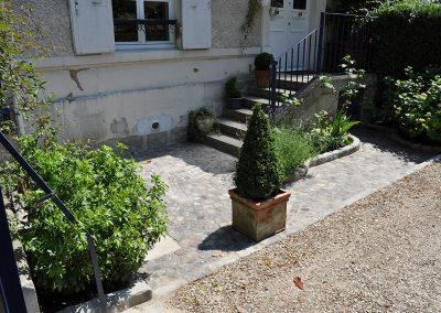 Aménagement d'une petite cour en pavés grès 10x9x8 anciens mélange posés en rosace - Maison Laffite - Yvelines 78