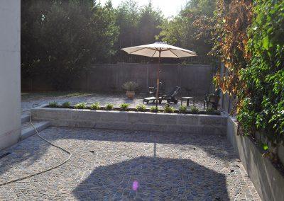 Réalisation allée et terrasse en pavé granit 10x9x8, mélange avec jardinière en bordure granit ancien. Bouffémont Val d'Oise 95