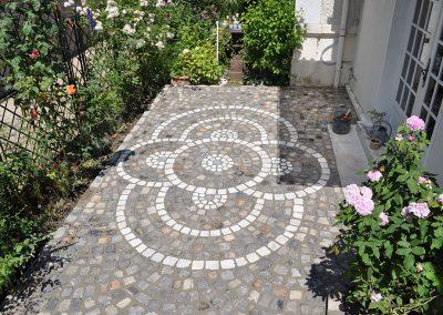 Aménagement d'une terrasse en pavés grès 10x9x8 avec motif en pavés 10x9x8 marbre - Marly-le-roi - Yvelines - 78
