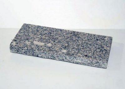 Dalle granit Gris clair 50X25X0,3cm avec une face eclaté pour placage des murs.
