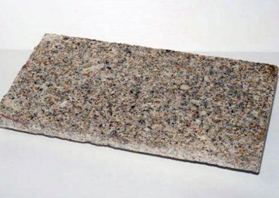 Dalles granit jaune 50X25X0,3 cm Finition Polis. Avec une face eclaté pour placage des murs.
