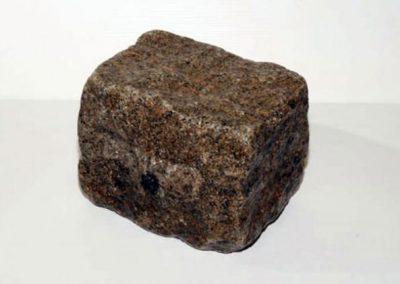 Granit ancien 14 x 20 x 14 gris clair Faconné par l'usure.