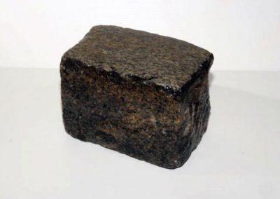 Granit ancien 14 x 20 x 14 gris foncé Faconné par l'usure.