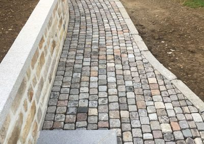 Mur de soutènement en bordure grès de remploi - marche en granit et allée en pavé réemploi dans mur et clôture - Clermond Oise