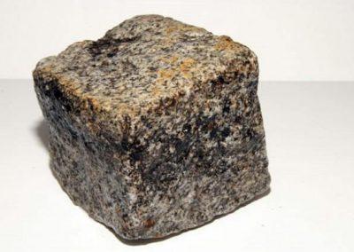 Pavé granit ancien gris clair 14 x 20 x 14 cm faconné par l'usure.
