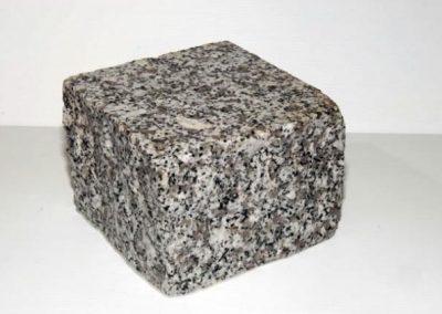 Pavé granit gris clair face vue bouchardées10 x 10 x 8 cm
