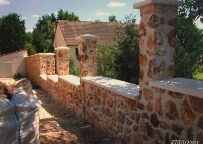 Réalisation d'un mur en pierre meulier et chapeaux béton blanc - Clermont Oise