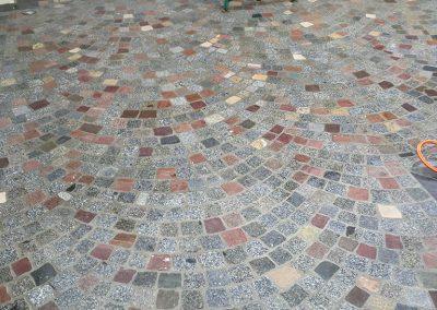 Réalisation d'une terrasse en pavés granit anciens sciés melangés 10x9x5cm posés en forme de rosace