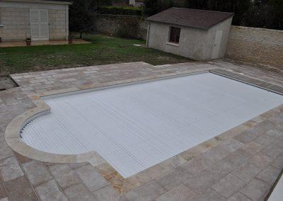 Réalisation de la pose de dalles granit autour de la piscine