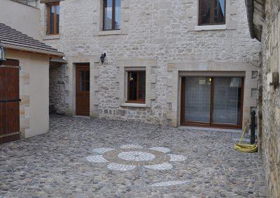 Rénovation d'une cour en pavés grès mélange 1098cm pose en rosace avec motif fleur central