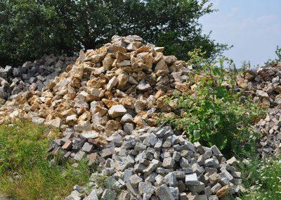 Au milieu pierre meulière prêt à poser pour création murs