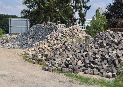 Pavés granit ancien 17x17x15 (2eme plan) et pavés granit ancien 14x20x14 et au premier plan pavé gré ancien 17x17x18